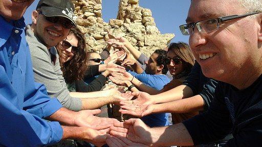 משחקי שטח לקבוצות, ועדי עובדים ומשפחות, משחק ג'יפים הנקרא במרוץ הזמן אחת המשימות היא יצירת פסל אנושי בשיתוף פעולה בין המשתתפים
