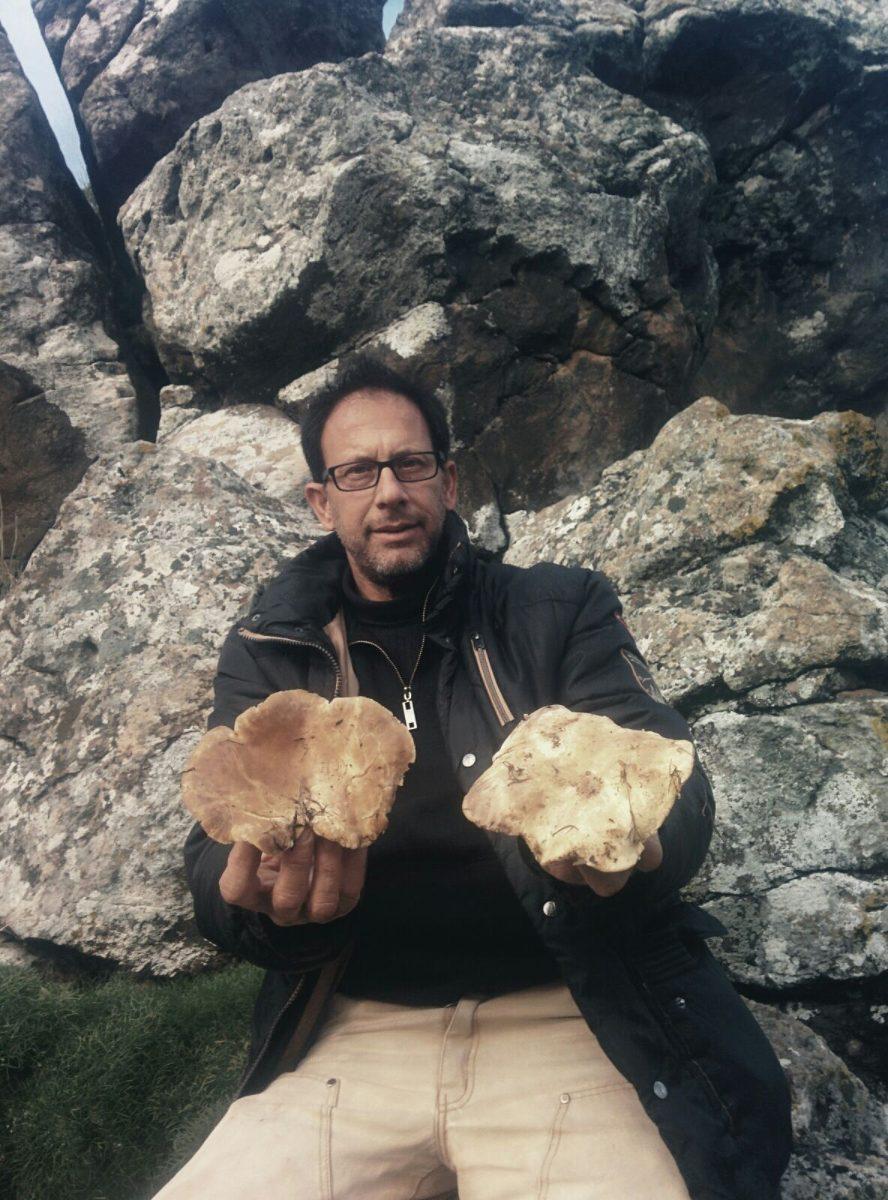 אבנר סליטרניק מדריך בפלגי בזלת מכיר כל אבן וסלע ויודע לספר עליהם