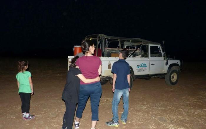 משפחה בתחילת טיול ג׳יפים בלילה פלגי בזלת