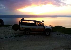 טיול ג׳יפים על רקע שקיעת השמש מעל אגם הכנרת פלגי בזלת