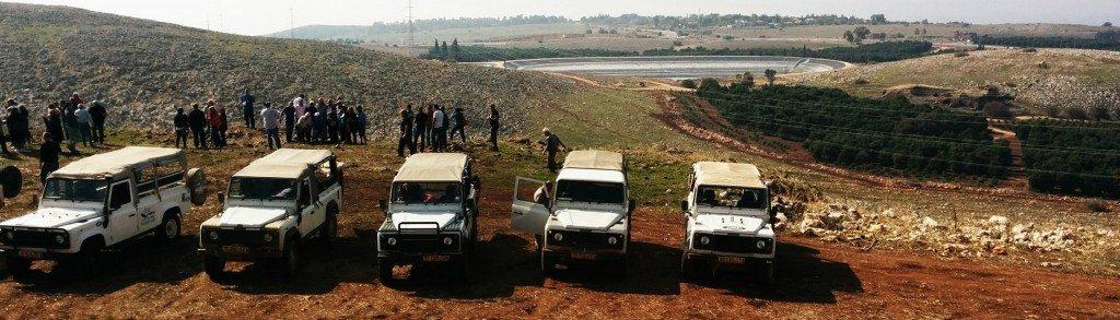 קבוצה בטיול ג'יפים חונה לתצפית ברמת הגולן, פלגי בזלת