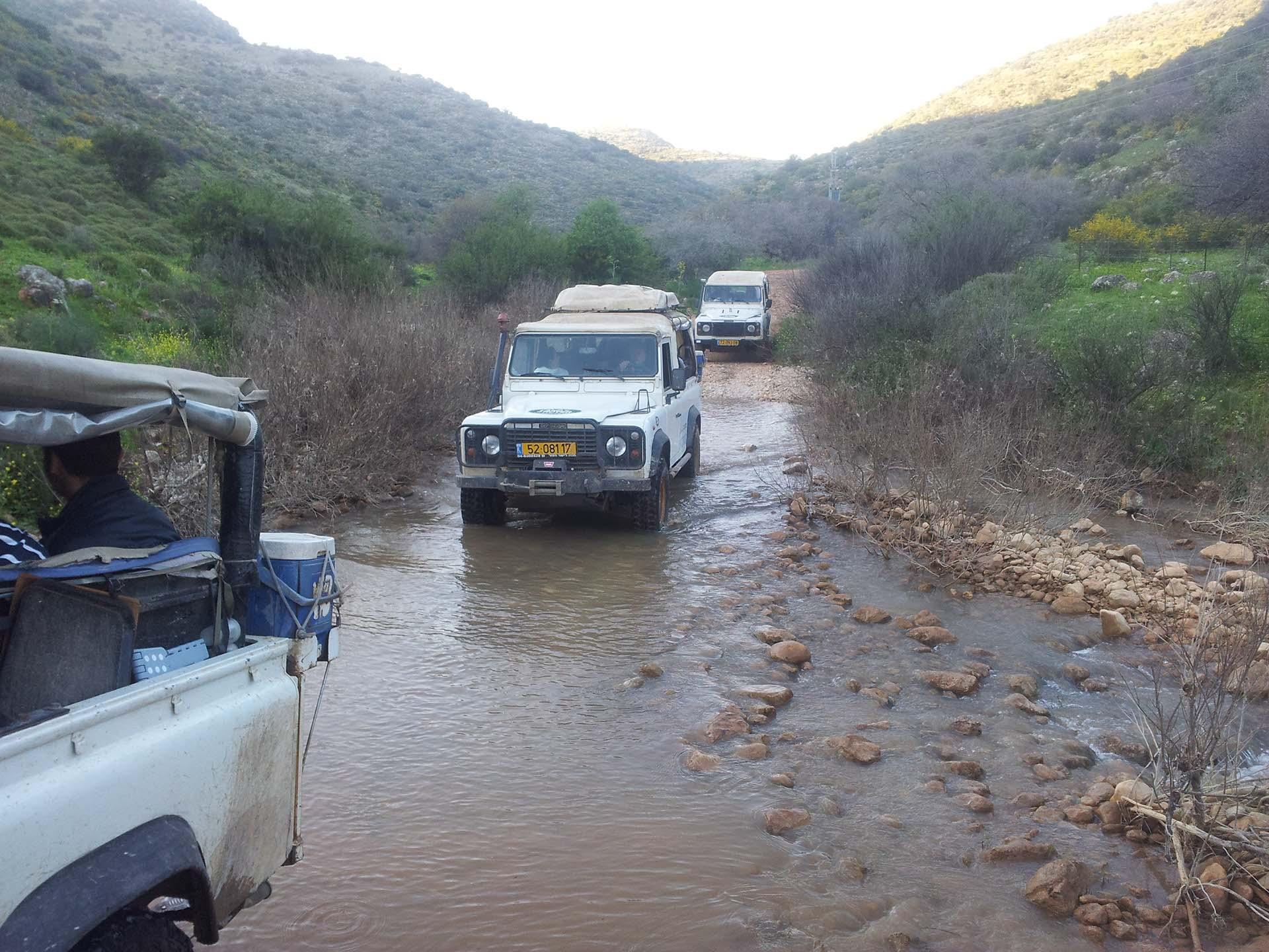 נסיעה בנחל בטיול ג׳יפים פלגי בזלת