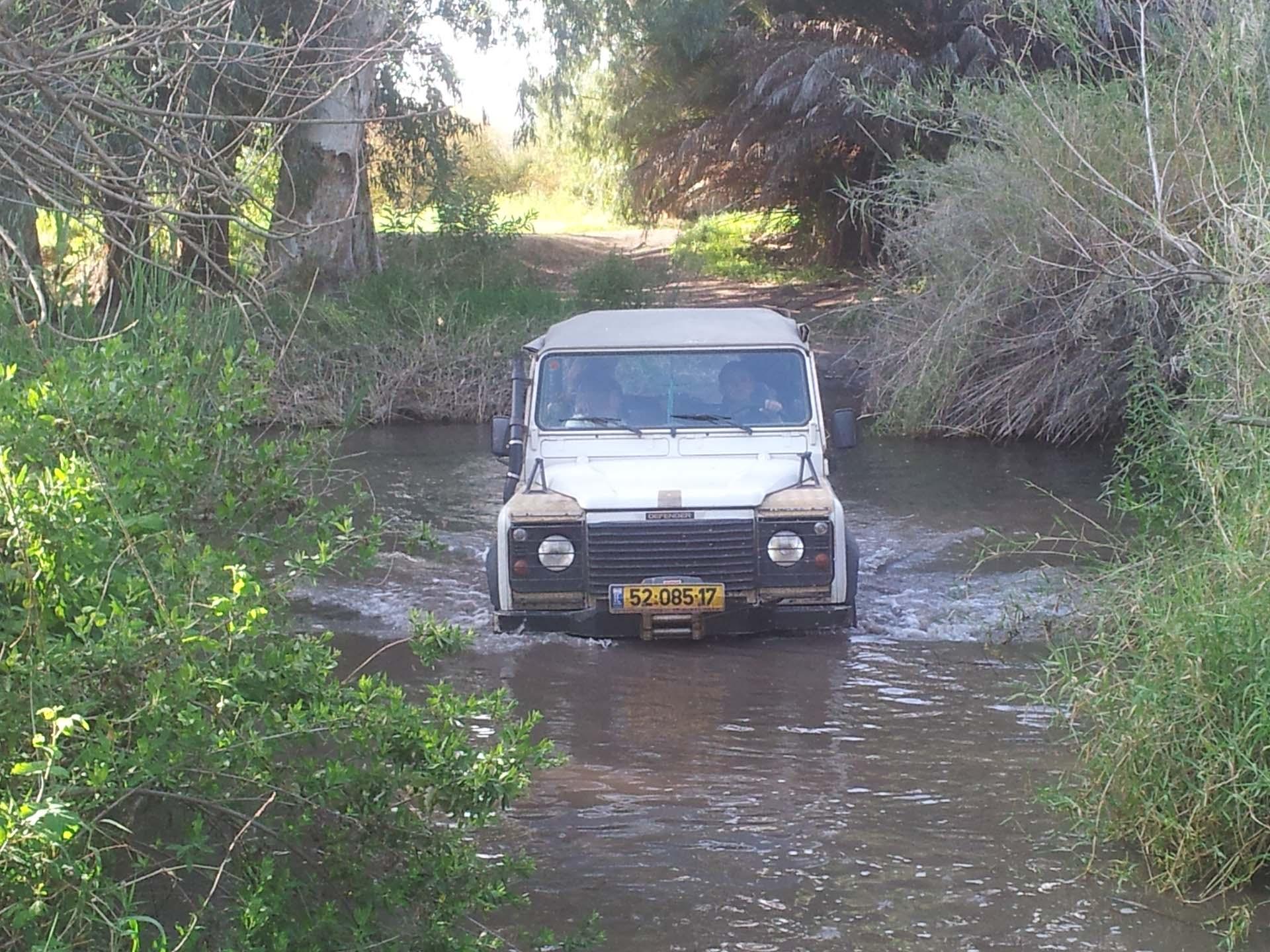 טיול ג׳יפים עם מים ג׳יפ חוצה נחל פלגי בזלת